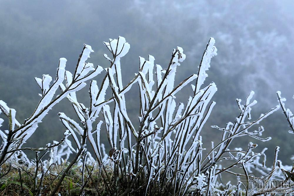 Băng tuyết phủ trắng đỉnh đèo Ô Quý Hồ, mặt đường trơn trượt-6