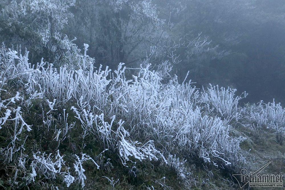 Băng tuyết phủ trắng đỉnh đèo Ô Quý Hồ, mặt đường trơn trượt-11