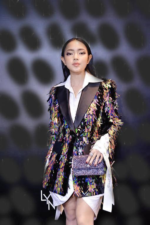 Hoa hậu HHen Niê bất ngờ để tóc dài, diện thiết kế đụng hàng Tóc Tiên-7