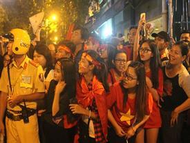 Người hâm mộ vỡ òa hò reo tạm biệt đội tuyển U23 Việt Nam