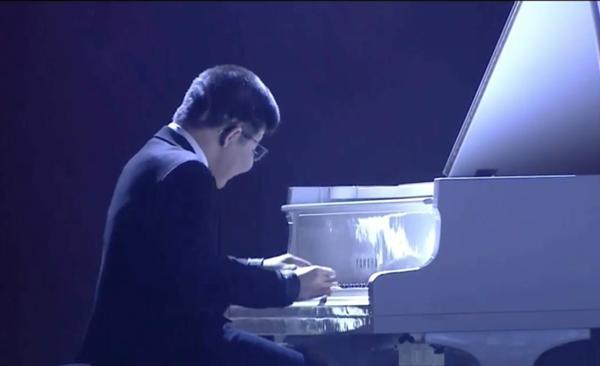 Bé Bôm đàn cho Sơn Tùng MTP hát Remember me khiến khán giả rơi lệ-1