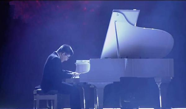 Bé Bôm đàn cho Sơn Tùng MTP hát Remember me khiến khán giả rơi lệ-2