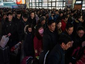 Biển người tại các nhà ga Trung Quốc lên đường về quê ăn Tết