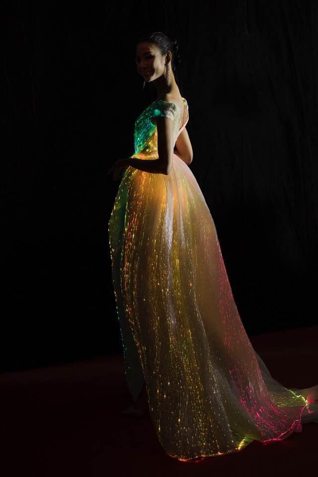 Chẳng hẹn mà gặp, Hoàng Thùy - Phạm Hương đụng ý tưởng váy phát sáng-6