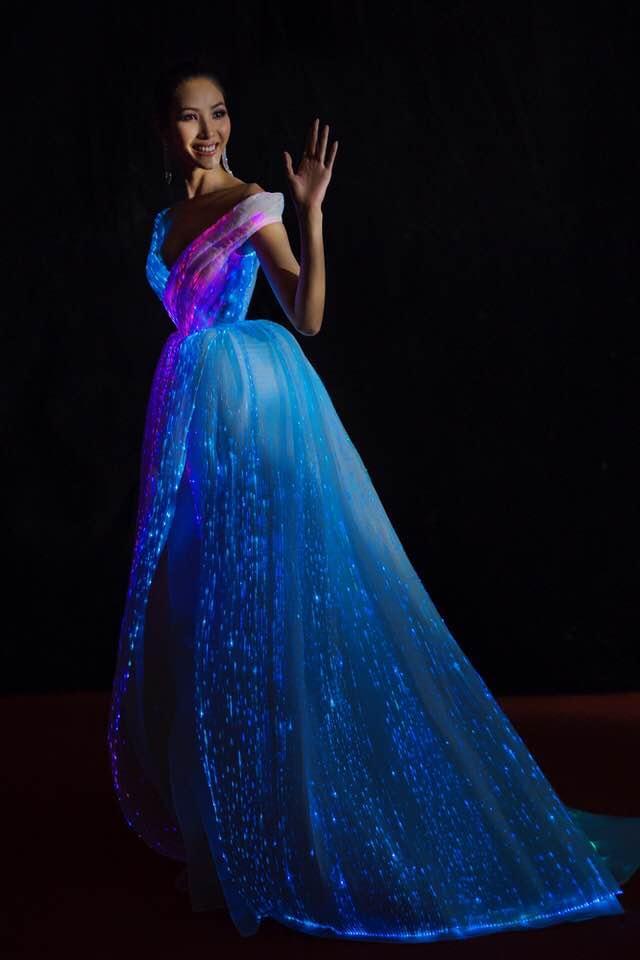 Chẳng hẹn mà gặp, Hoàng Thùy - Phạm Hương đụng ý tưởng váy phát sáng-3