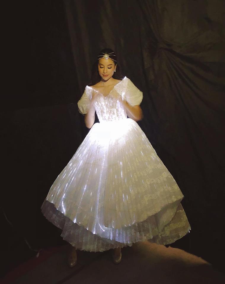 Chẳng hẹn mà gặp, Hoàng Thùy - Phạm Hương đụng ý tưởng váy phát sáng-4