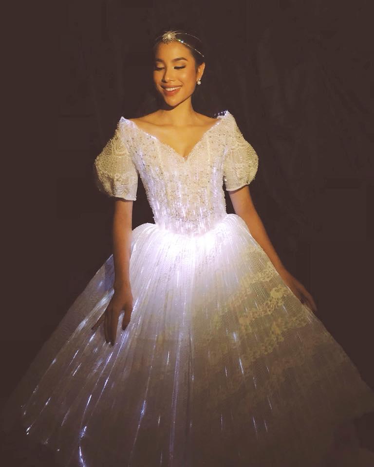 Chẳng hẹn mà gặp, Hoàng Thùy - Phạm Hương đụng ý tưởng váy phát sáng-5