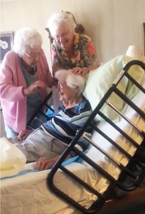 Hình ảnh 3 chị em gái tóc bạc phơ làm đẹp cho nhau khiến người xem nghẹn ngào-1