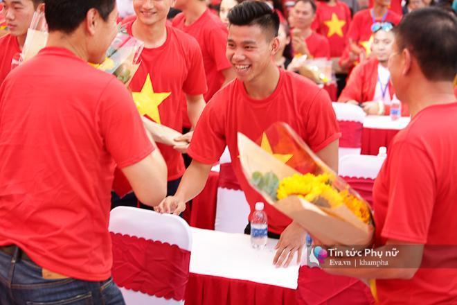 Cận cảnh những khoảnh khắc đẹp long lanh của các cầu thủ U23 Việt Nam trong buổi giao lưu-10