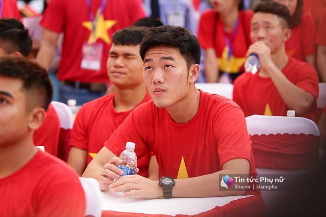 Cận cảnh những khoảnh khắc đẹp long lanh của các cầu thủ U23 Việt Nam trong buổi giao lưu-3