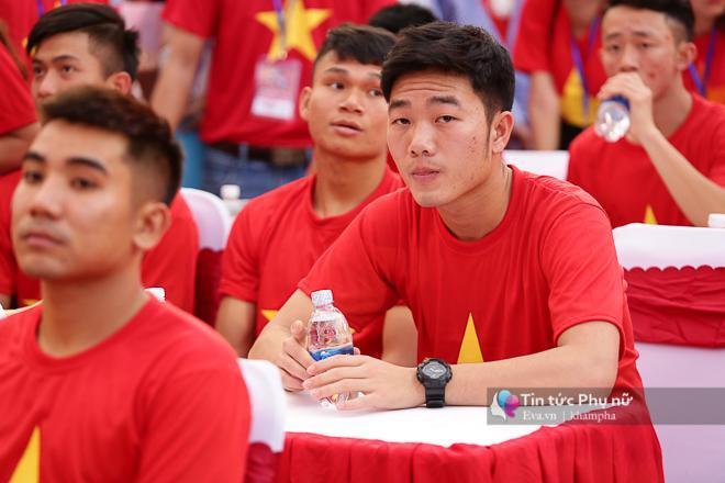 Cận cảnh những khoảnh khắc đẹp long lanh của các cầu thủ U23 Việt Nam trong buổi giao lưu-4