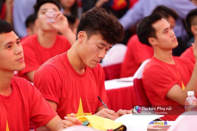 Cận cảnh những khoảnh khắc đẹp long lanh của các cầu thủ U23 Việt Nam trong buổi giao lưu-5