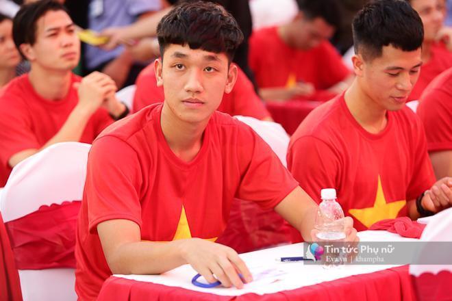 Cận cảnh những khoảnh khắc đẹp long lanh của các cầu thủ U23 Việt Nam trong buổi giao lưu-7