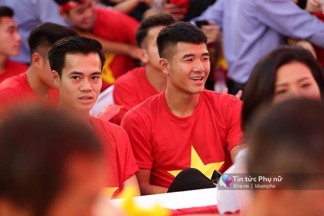 Cận cảnh những khoảnh khắc đẹp long lanh của các cầu thủ U23 Việt Nam trong buổi giao lưu-13