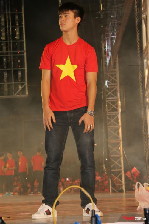 Duy Mạnh diện giày Gucci hơn chục triệu đồng ở Lễ mừng công U23 Việt Nam-1