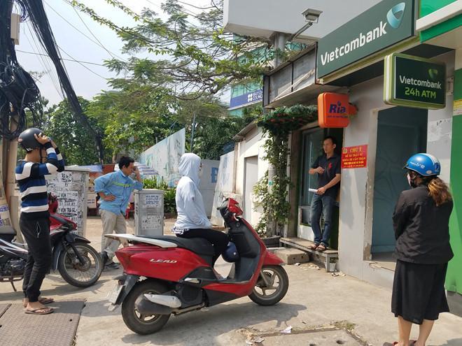 Rút 10 triệu, khách hàng ở Sài Gòn phải đi 10 máy ATM-1