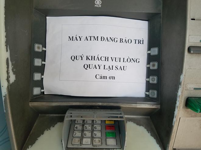 Rút 10 triệu, khách hàng ở Sài Gòn phải đi 10 máy ATM-2