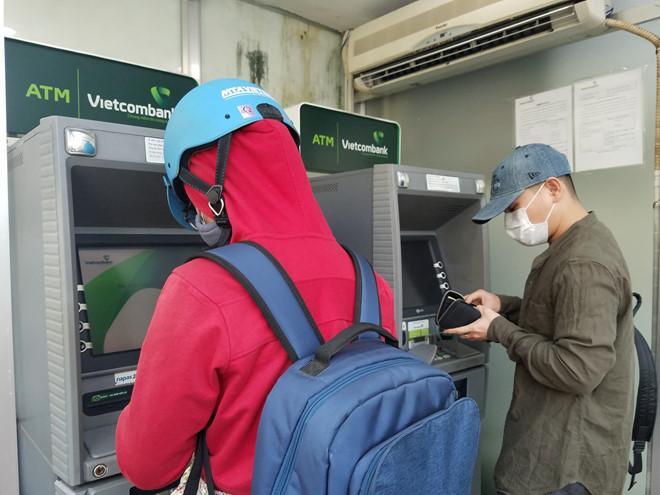 Rút 10 triệu, khách hàng ở Sài Gòn phải đi 10 máy ATM-3