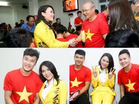 ĐỘC QUYỀN: Mỹ Tâm bắt tay 'thuyền trưởng' Park Hang-seo, selfie cùng dàn cầu thủ U23