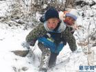 Cậu bé 9 tuổi vượt tuyết cõng em trai xuống núi: Bức ảnh lay động hàng triệu trái tim
