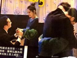Hé lộ hình ảnh Chung Hân Đồng được bạn trai kém 4 tuổi quỳ gối cầu hôn