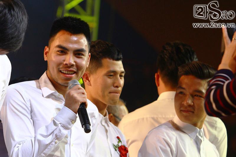 Dàn cầu thủ U23 diện sơ mi trắng chuẩn soái ca, liên tục được fan nữ tỏ tình tại Hà Nội-6