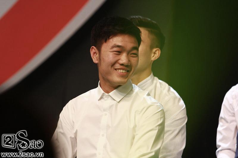 Dàn cầu thủ U23 diện sơ mi trắng chuẩn soái ca, liên tục được fan nữ tỏ tình tại Hà Nội-8