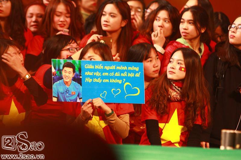 Dàn cầu thủ U23 diện sơ mi trắng chuẩn soái ca, liên tục được fan nữ tỏ tình tại Hà Nội-7