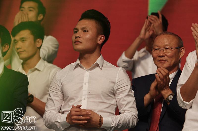 Dàn cầu thủ U23 diện sơ mi trắng chuẩn soái ca, liên tục được fan nữ tỏ tình tại Hà Nội-11