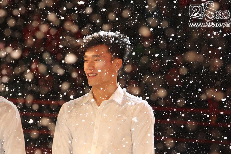 Dàn cầu thủ U23 diện sơ mi trắng chuẩn soái ca, liên tục được fan nữ tỏ tình tại Hà Nội-3