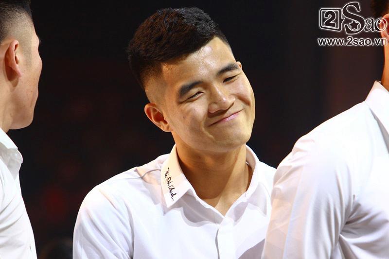 Dàn cầu thủ U23 diện sơ mi trắng chuẩn soái ca, liên tục được fan nữ tỏ tình tại Hà Nội-5