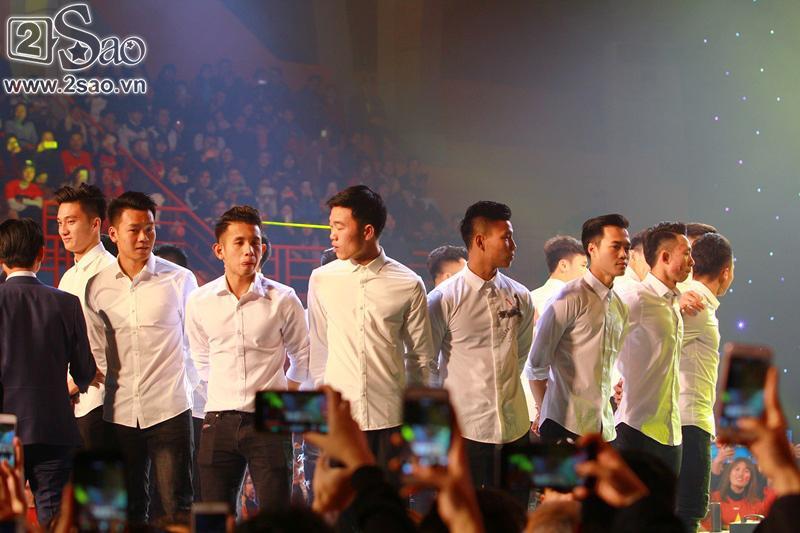 Dàn cầu thủ U23 diện sơ mi trắng chuẩn soái ca, liên tục được fan nữ tỏ tình tại Hà Nội-1