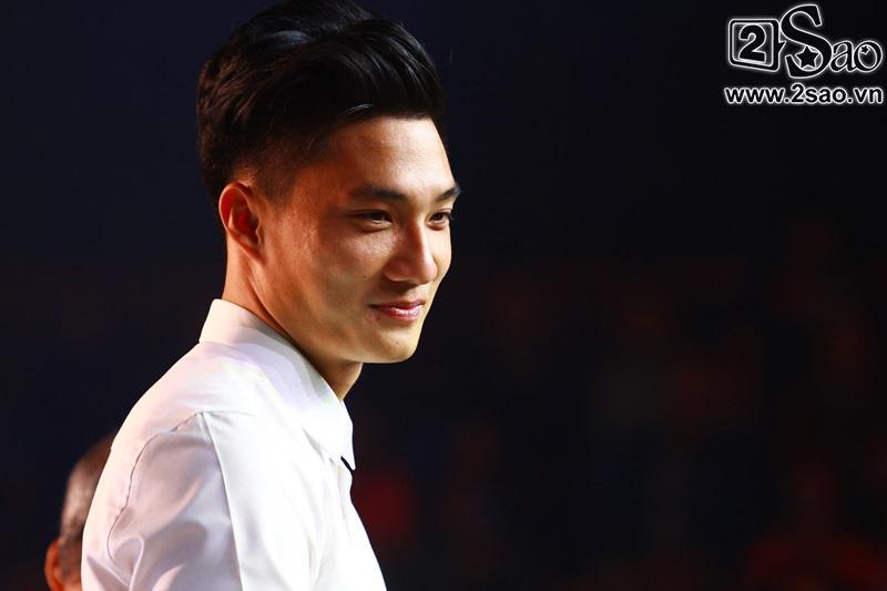 Dàn cầu thủ U23 diện sơ mi trắng chuẩn soái ca, liên tục được fan nữ tỏ tình tại Hà Nội-4