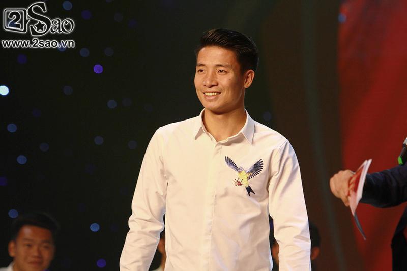 Dàn cầu thủ U23 diện sơ mi trắng chuẩn soái ca, liên tục được fan nữ tỏ tình tại Hà Nội-9