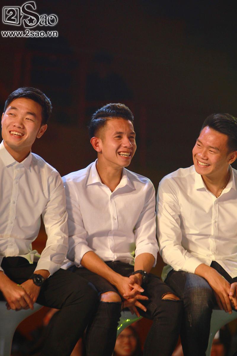 Dàn cầu thủ U23 diện sơ mi trắng chuẩn soái ca, liên tục được fan nữ tỏ tình tại Hà Nội-14