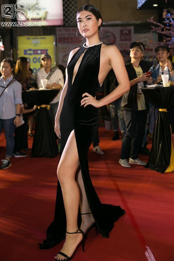 Hoài Linh mặc áo thun mang dép lê lạc lõng giữa sự kiện-6