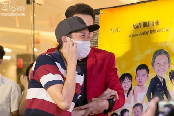 Hoài Linh mặc áo thun mang dép lê lạc lõng giữa sự kiện-2
