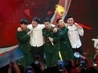 Soái ca U23 Việt Nam mặc sơ mi trắng trổ tài làm ca sĩ 'quẩy' tưng bừng trên sân khấu cùng ban nhạc 'Ba chú bộ đội'