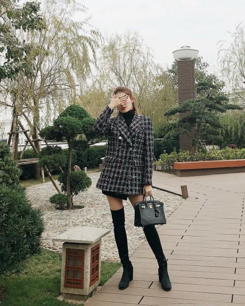 Ngọc Trinh khoe street style kín đáo đánh bại Angela Phương Trinh diện váy mỏng tang-7