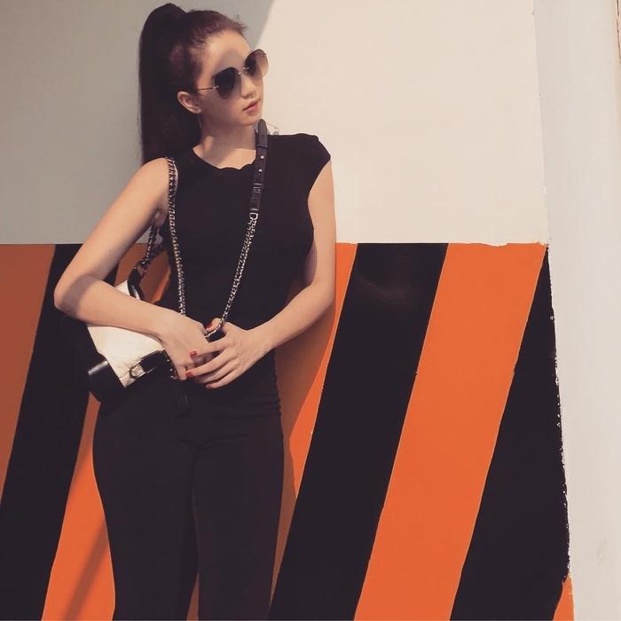 Ngọc Trinh khoe street style kín đáo đánh bại Angela Phương Trinh diện váy mỏng tang-1