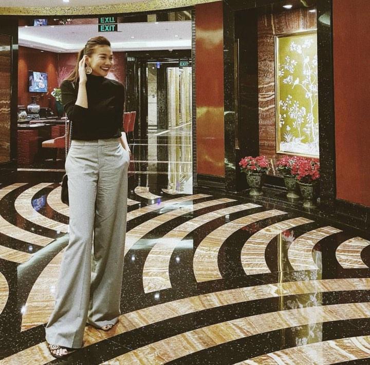 Ngọc Trinh khoe street style kín đáo đánh bại Angela Phương Trinh diện váy mỏng tang-4