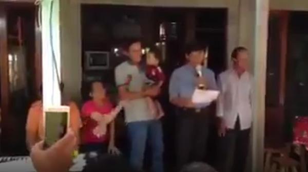 Clip lễ cai sữa long trọng của con và màn bàn giao mẹ cho bố khiến người xem cười đau ruột-1