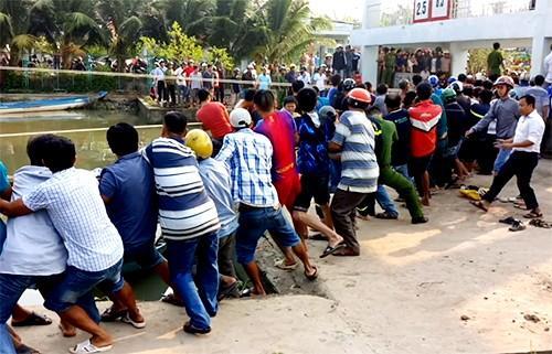 Hàng trăm người hợp sức giải cứu người đàn ông bị nắp cống thủy lợi đè nát chân-1