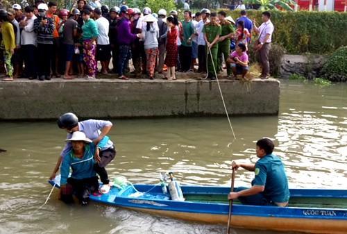 Hàng trăm người hợp sức giải cứu người đàn ông bị nắp cống thủy lợi đè nát chân-2