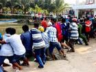 Hàng trăm người hợp sức giải cứu người đàn ông bị nắp cống thủy lợi đè nát chân