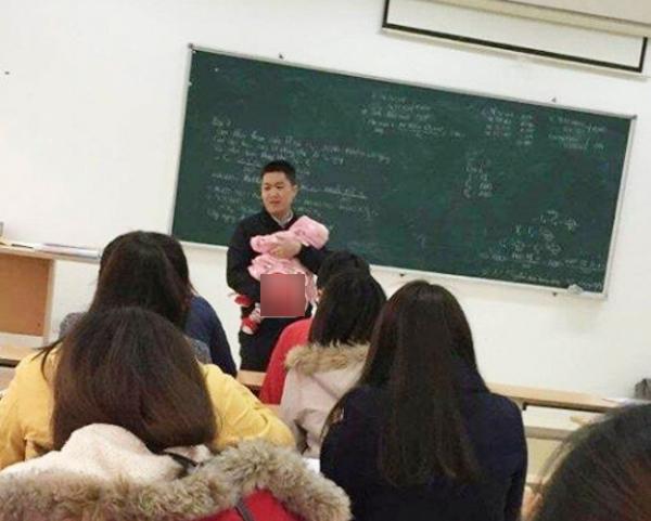 Thầy giáo có tâm nhất năm: bế con cho sinh viên làm bài thi-1