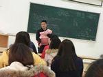 Thầy giáo có tâm nhất năm: bế con cho sinh viên làm bài thi