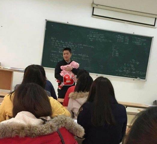 Thầy giáo bế con cho nữ sinh viên làm bài thi gây sốt cộng đồng mạng-1