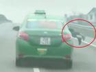 Tài xế taxi hất cảnh sát lên nắp capo rồi lao vun vút trên cao tốc
