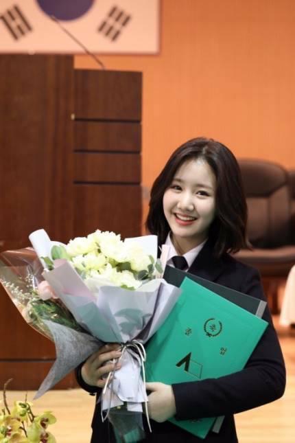 Sao Hàn 8/2: Sao nhí Gia đình là số 1 Jin Ji Hee xinh ngất ngây trong lễ tốt nghiệp-2